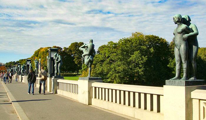 figuras de bronze na entrada do vigeland Park