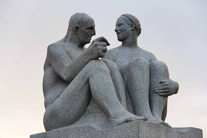 Escultura de casal de velhos no Vegeland Park, em Oslo, Noruega