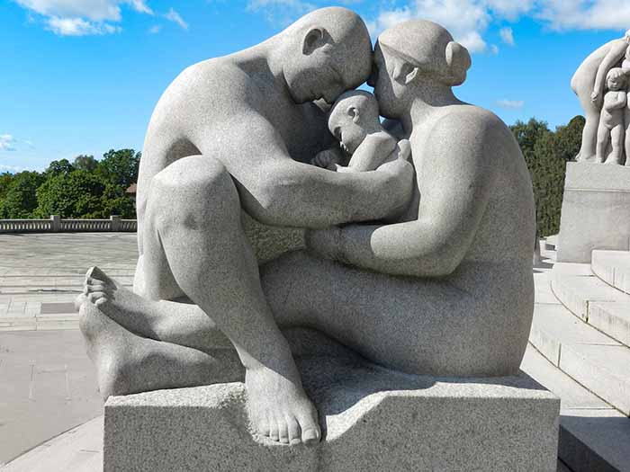 Escultura de família no Vigeland Park, em Oslo, Noruega