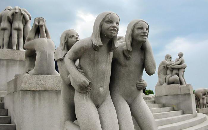 Escultura de duas adolescentes no Vigeland Park, em Oslo, Noruega.