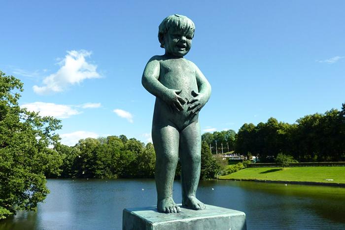 Escultura de garoto chorando, no Vigeland Park, em Oslo, Noruega