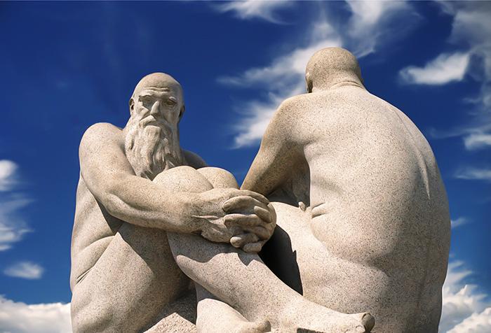 Escultura de 2 homens velhos em Vigland Park, Oslo, Noruega