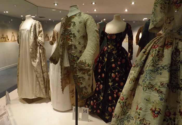 A jaqueta georgiana e os vestidos da época, no museu em Bath, Inglaterra.