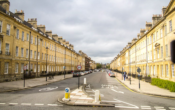 Uma das lindas ruas da cidade de Bath