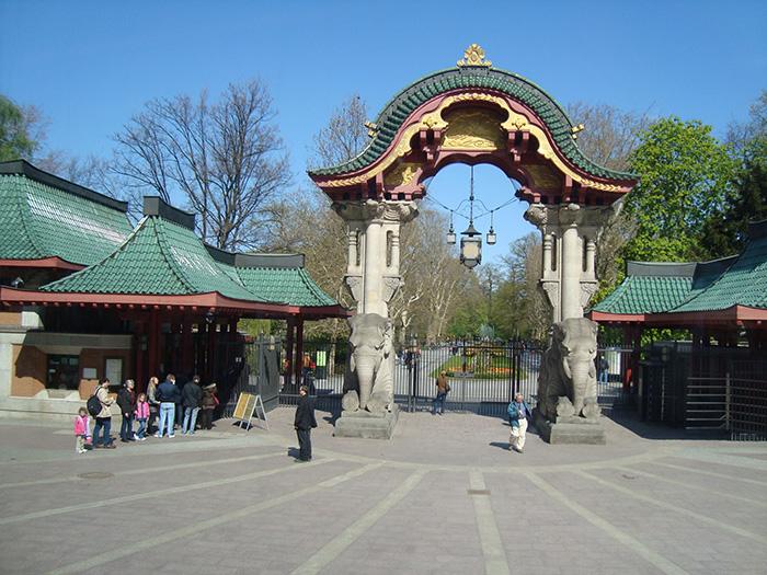 uma das entradas do zoológico: a dos elefantes