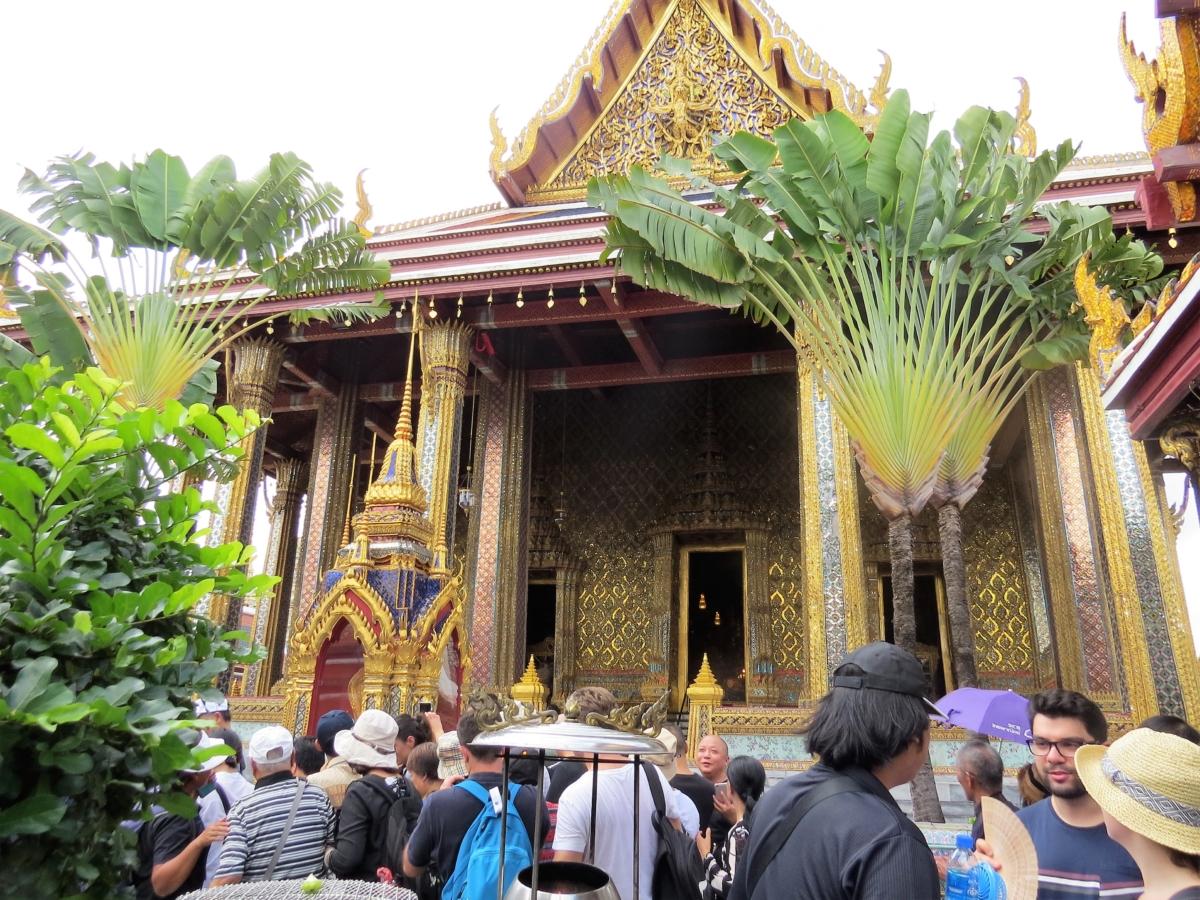 Uma multidão para ver o Grand Palace