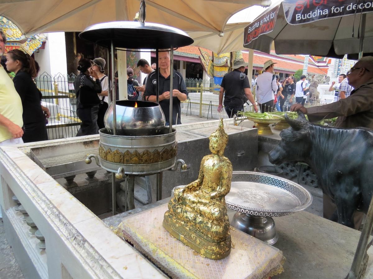 Velas, flores e adoração para Buda