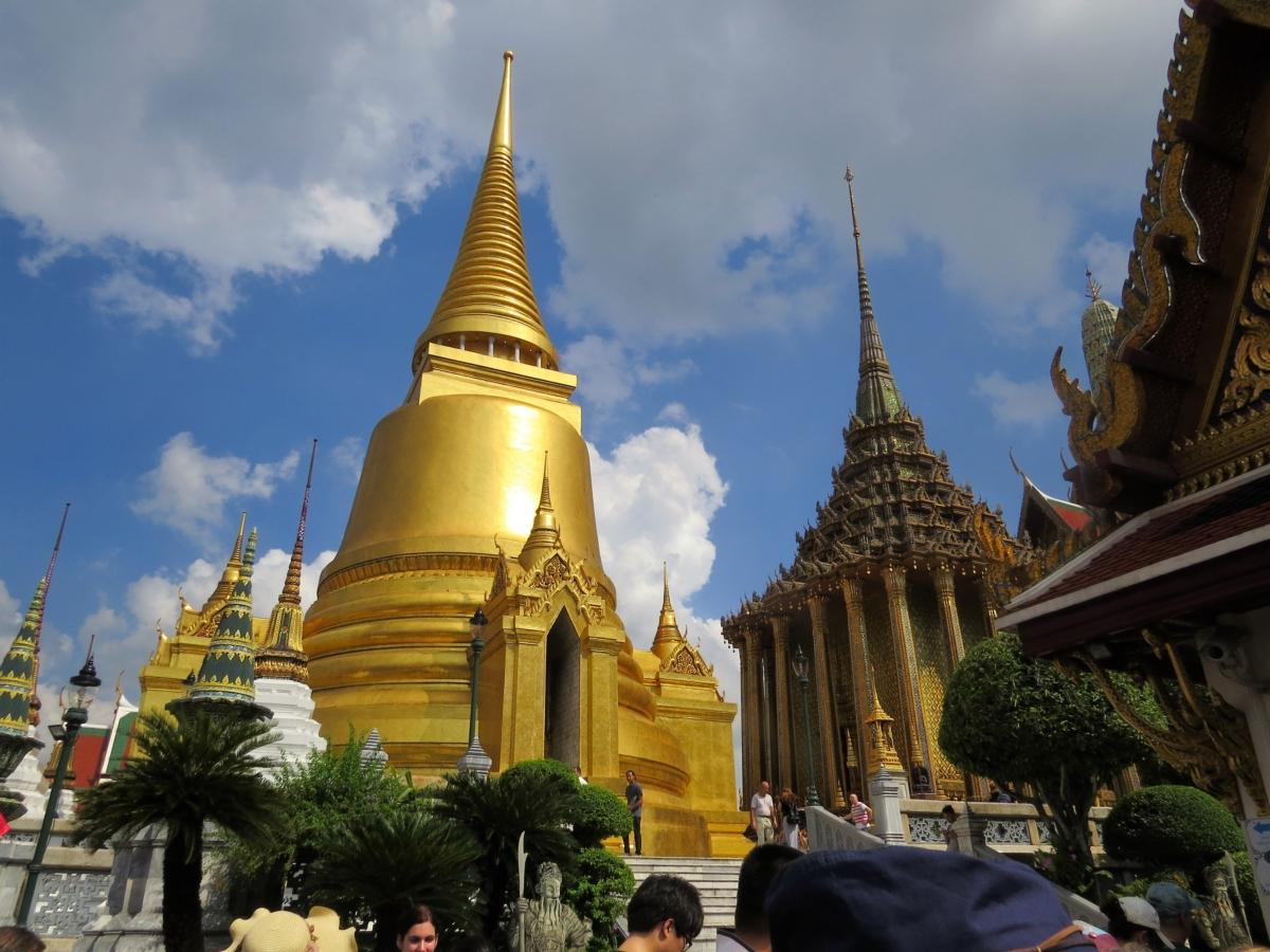 A estupa dourada tem forma de sino