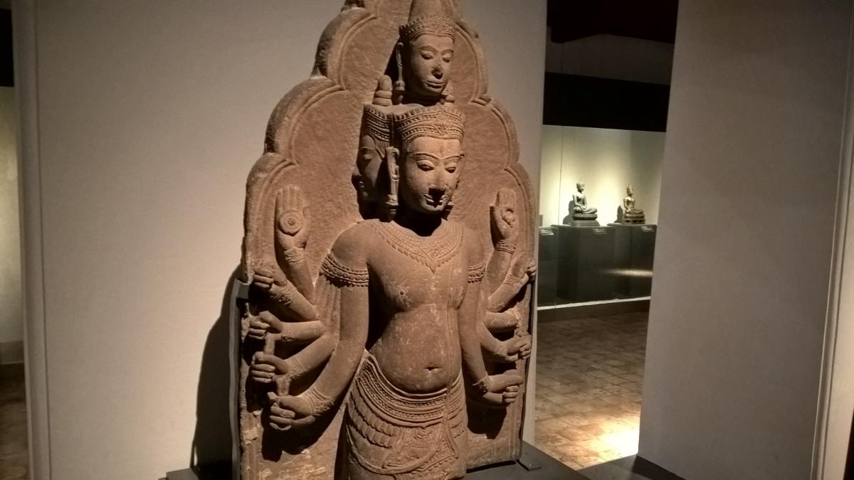 o deus Shiva com todos os seus braços - destruidor e regenerador - de 500 anos atrás