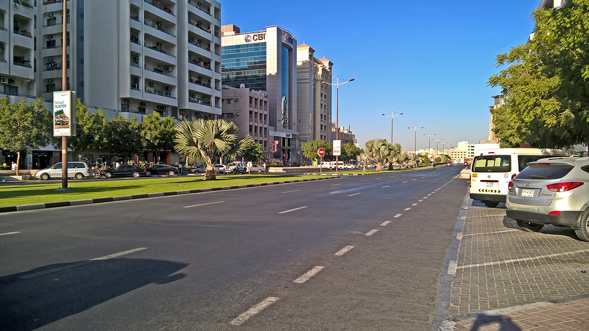 O hotel ficava numa avenida larga e arborizada