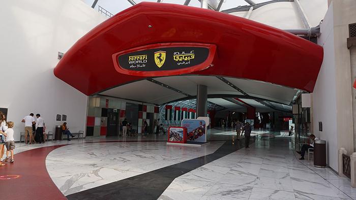 Ferrari World, uma das muitas atrações em Abu Dhabi
