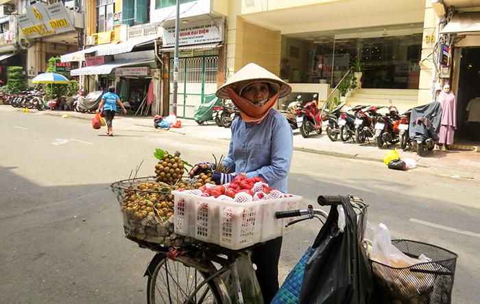 Hanoi_vendedora_de_pitomba