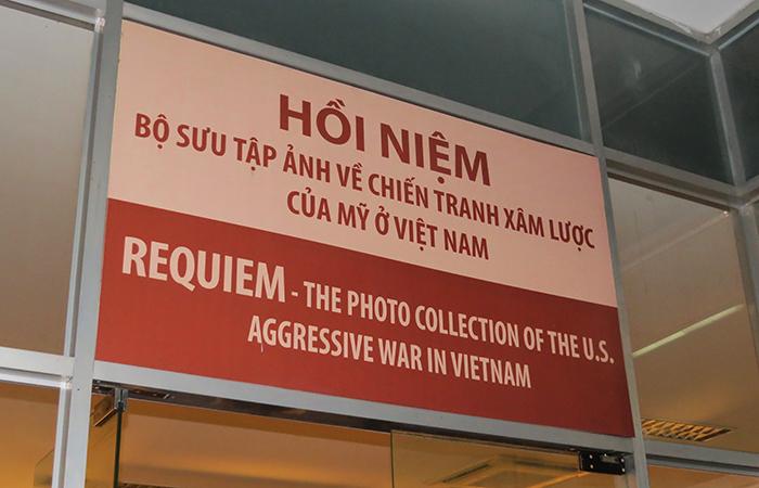 a placa de uma das portas do Museu dos Vestígios de Guerra