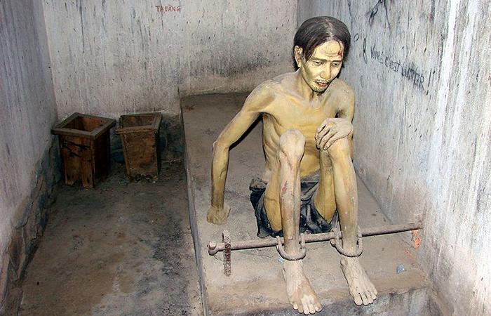 Museu-dos-Vestígios-de-Guerra-prisioneiro-na-cela
