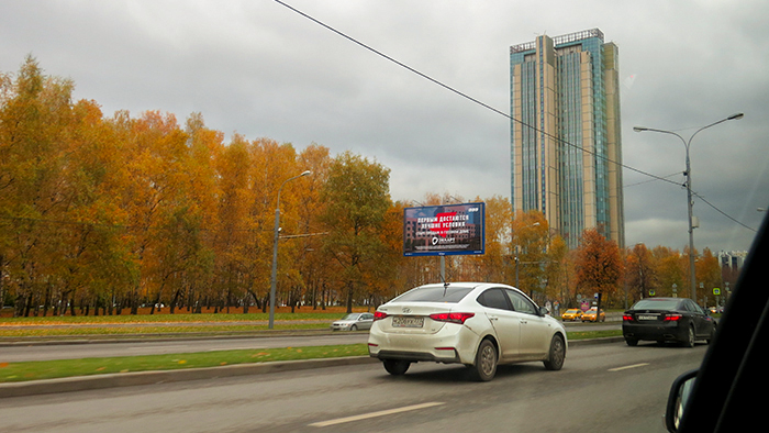 o caminho para o hotel era colorido pelo outono