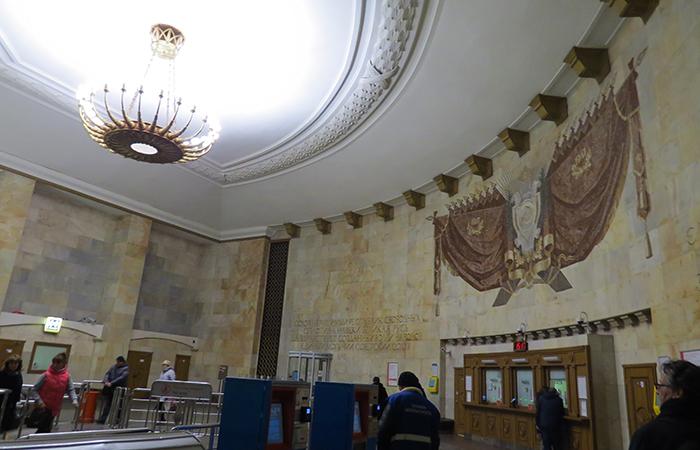 A decoração soviética nas estações foram feitas pelos melhores artistas da URSS