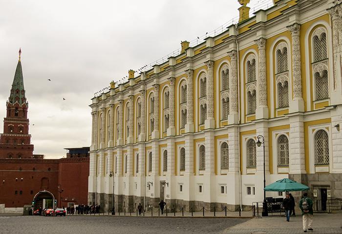 o lindo prédio amarelo e branco guarda os tesouros e as relíquias do país