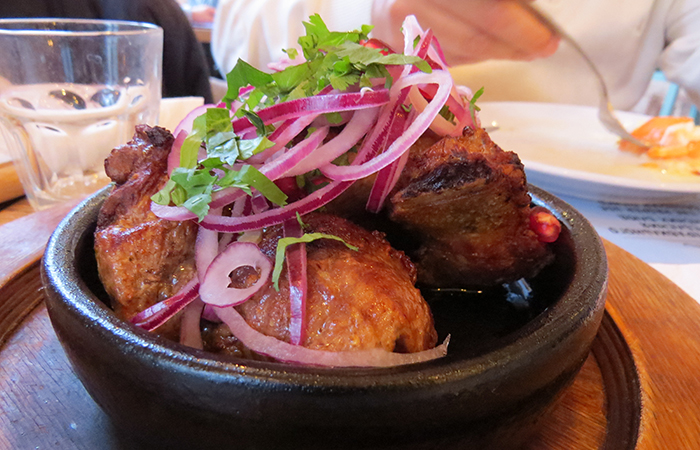 carne de porco acebolada é uma das especialidades da culinária georgiana