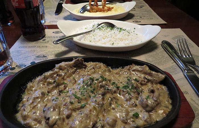 Strogonoff (prato individual), com arroz e purée de batatas, dorestaurante de S. Petersburg