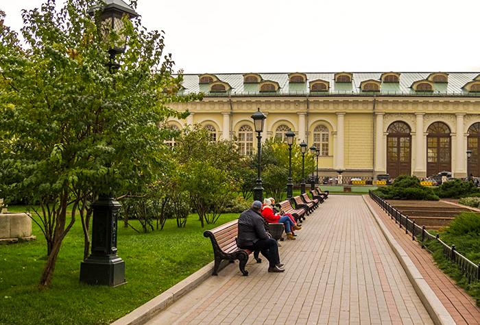 A população usufrui dos jardins de Alexandre, em Moscou