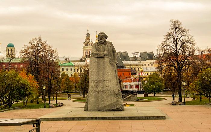 Karl Marx de costas para o parque e de frente para o Bolshoi