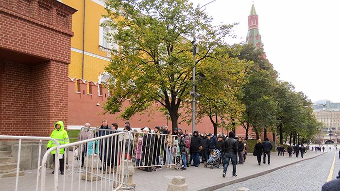 a fila na entrada do mausoléu de Lênin, na Praça Vermelha