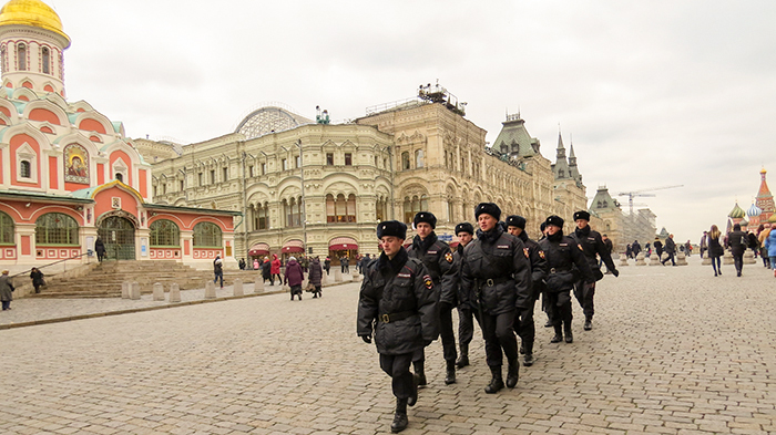 A Praça Vermelha, a Catedral de Kazan e o shopping GUM são o cenário para a passagem dos guardas