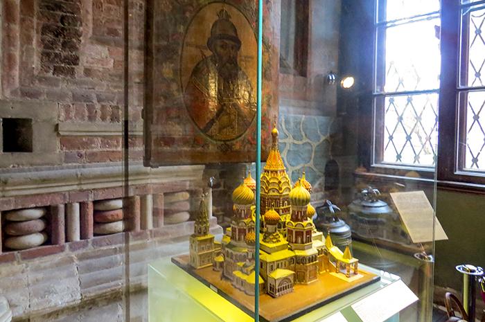 maquete da primeira Catedral de São Basílio, com Ivã, o Terrível, por trás