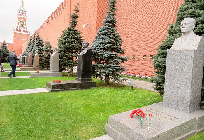 Na Praça Vermelha, os túmulos de personalidades russas