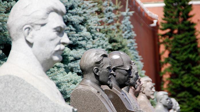 Na Praça Vermelha, os bustos de Stalin, Trotsky,Gorbachev, Gorki e de outros líderes soviéticos.