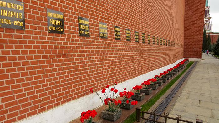 Na Praça Vermelha, os túmulos de gente importante e influente do país.