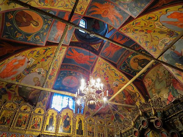 Teto ricamente decorado na Catedral de São Basílio, na Praça Vermelha