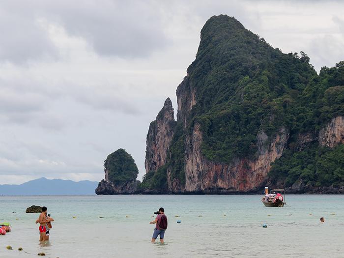 Águas claras e rasas são a característica desse lado da ilha