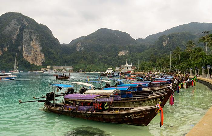 Ko Phi Phi e seus barquinhos coloridos