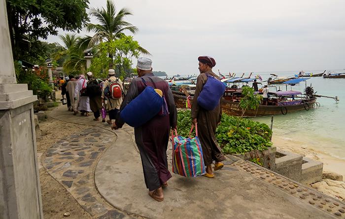 Turistas chegando e carregando a própria mala