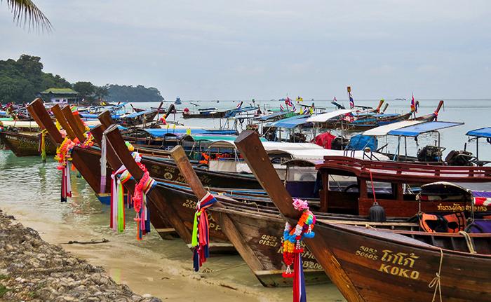 Os long tail boats, decorados, como em nenhum outro lugar