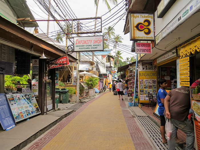Lojinhas, bares e restaurantes ocupam as ruas da ilha