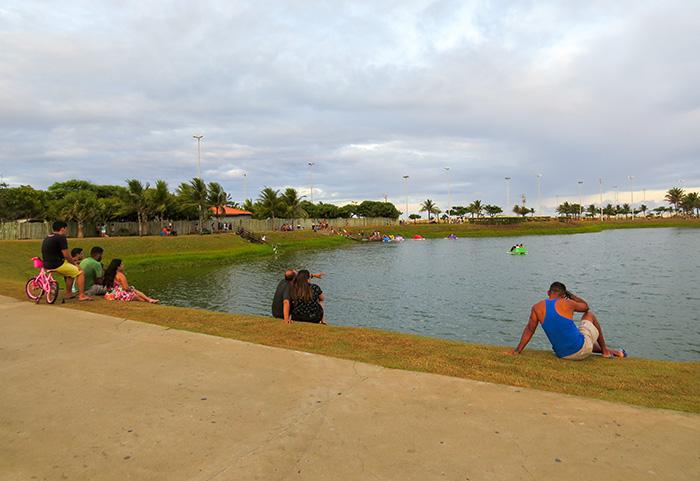 os lagos costumam reunir centenas de pessoas no final da tarde