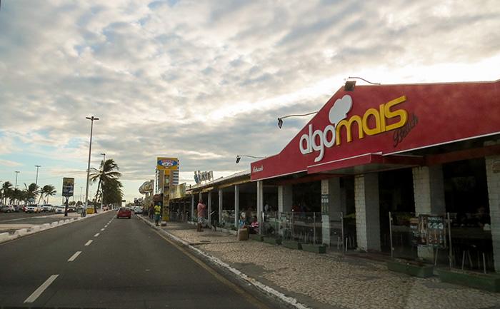 Os vários bares e restaurantes especializados em caranguejos