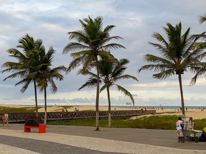 Uma passarela leva o banhista até a areia e o mar