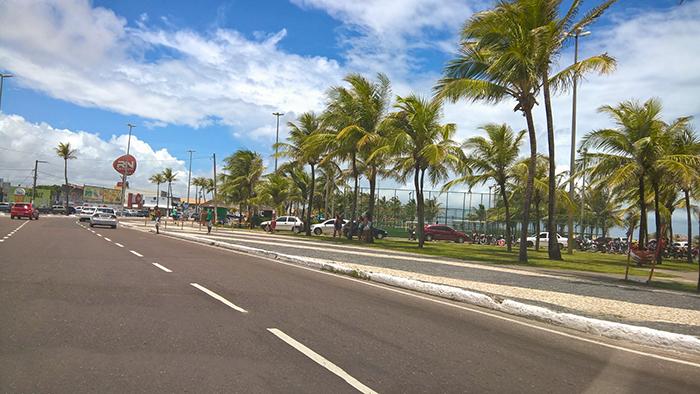 Orla de Atalaia - coqueiros se misturam a quadras de esportes, restaurantes, bares e lanchonetes