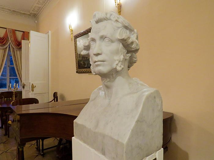 Busto de Pushkin, no Museu-casa