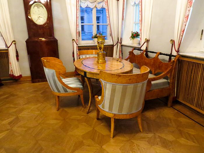 A mobília bonita e bem conservada chama a atenção de quem visita o museu