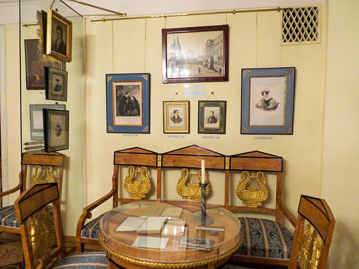 Fotos de família e amigos espalhadas pelas paredes da casa