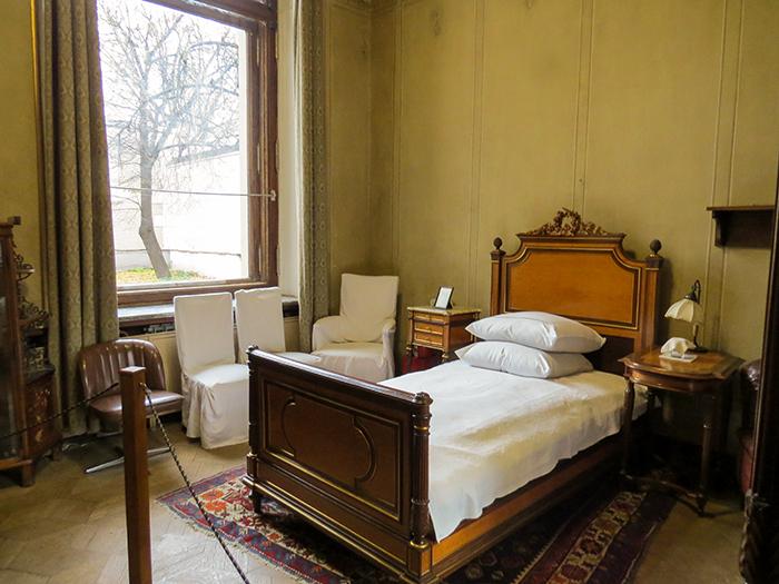 O quarto de Gorki, com móveis escolhidos pela comissão designada por Stalin