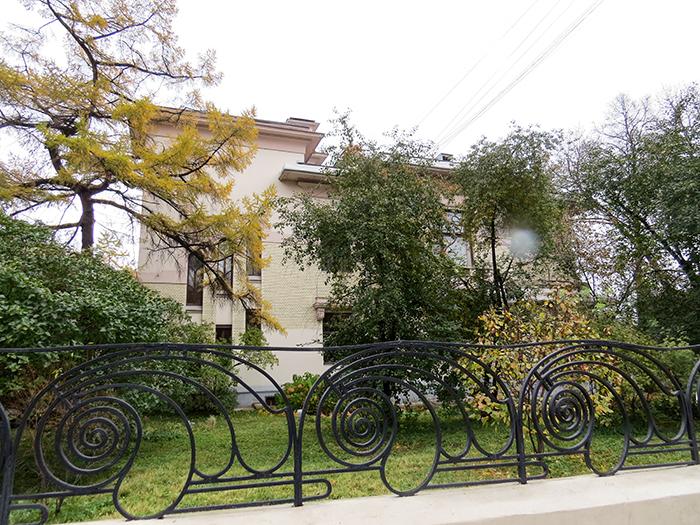 A bela grade do muro harmoniza com o jardim que cerca o museu