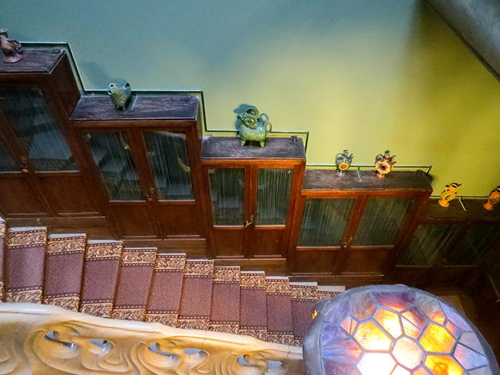 Mais estantes espalhadas pela casa