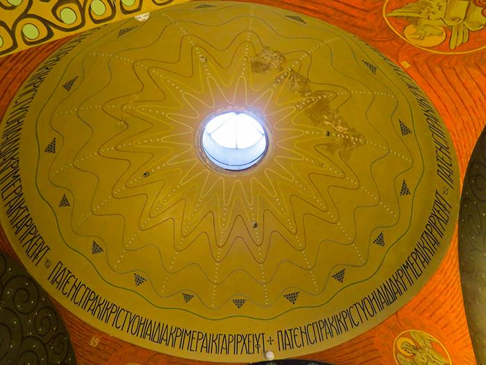 O teto da capela, cheio de simbologias.