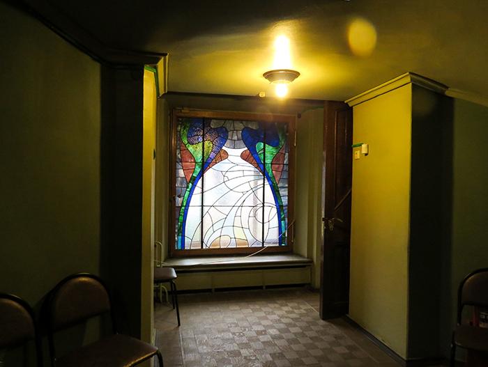 Os vitrais coloridos iluminam e dão cor ao museu