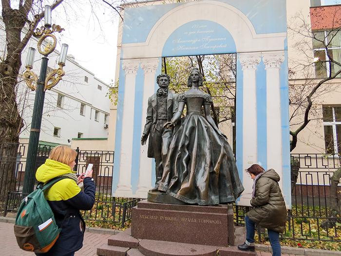 Pushkin e Nathalia eternizados em frente à casa em que moraram